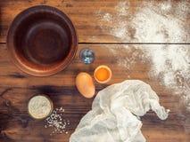 Dispersou a farinha, o sal, a gema e o tecido Ainda vida no fundo da tabela de madeira velha, vista superior em rústico Fotografia de Stock