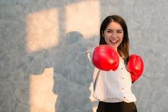 Displayin vermelho vestindo da mão das luvas de encaixotamento do homem de negócios asiático das meninas Imagens de Stock Royalty Free