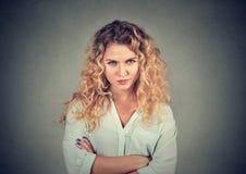 Displeased ha scocciato la donna pessimistica scontrosa arrabbiata con il cattivo atteggiamento Immagine Stock