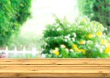 disply产品的空的木台式与迷离自然庭院 免版税库存图片