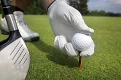 Disponendo la sfera di golf su un T Immagini Stock