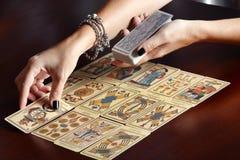 Disponendo le carte di tarocchi sulla tavola Fotografia Stock