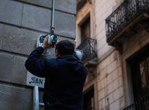Disponendo le videocamere di sicurezza su un viale principale a Barcellona Fotografia Stock