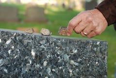 Disponendo pietra sulla pietra tombale Immagine Stock Libera da Diritti