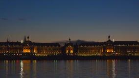 Disponga de la bourse ed il fiume della Garonna in Bordeaux, Francia un sito del patrimonio mondiale dell'Unesco video d archivio
