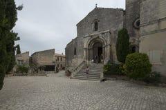 Disponga la chiesa di Saint-Vincent e di Louis Jou, Les Baux-de-Provenza, Francia Immagini Stock