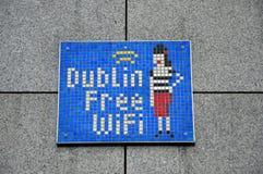 Disponibilité gratuite de wifi d'apparence de signe dans une rue de dubliner Photo stock