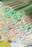 Disponibla engångs- vita randiga plast- sugrör för enkelt bruk royaltyfria foton