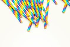 Disponibla färgrika pappers- sugrör på vit bakgrund arkivfoton