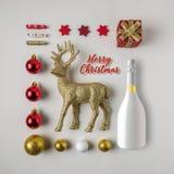 Disposição criativa feita da decoração e do champanhe do inverno do Natal imagem de stock royalty free