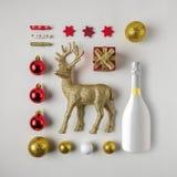 Disposição criativa feita da decoração e do champanhe do inverno do Natal fotografia de stock royalty free
