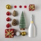 Disposição criativa feita da decoração e do champanhe do inverno do Natal fotos de stock