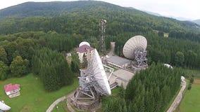 Disposição de antenas satélites e torre de comunicações video estoque