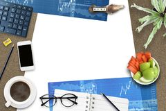 Disposição de projeto criativa do fundo da opinião superior do plano do escritório foto de stock