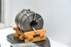 Disposição do metal laminado após o rolamento em um rolo em um produto empacotado na indústria metalúrgica fotos de stock royalty free