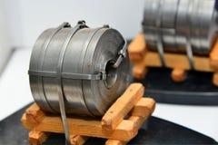Disposição do metal laminado após o rolamento em um rolo em um produto empacotado na indústria metalúrgica fotos de stock