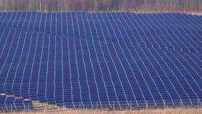 Disposição industrial do painel solar que zumbe para fora a de vista completa vídeos de arquivo