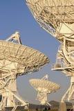 Disposição muito grande de pratos satélites imagens de stock royalty free