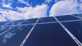 Disposição solar inovativa instalada de um telhado vídeos de arquivo