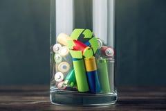 Disposición apropiada del tóxico al ambiente y a las baterías del suelo Reciclaje de las sustancias nocivas para ecológico imagenes de archivo