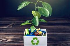 Disposición apropiada del tóxico al ambiente y a las baterías del suelo Reciclaje de las sustancias nocivas para ecológico imagen de archivo libre de regalías