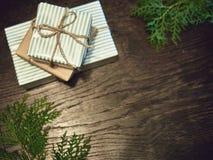 Disposición creativa hecha de ramas de árbol de navidad con los regalos plano fotos de archivo