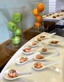 Disposición de cena fina elegante en el salón del negocio imágenes de archivo libres de regalías