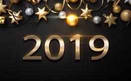 Disposición de diseño de la Feliz Año Nuevo en fondo negro con 2019 y stas del oro foto de archivo libre de regalías