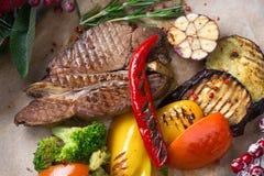 Disposición de la Navidad del filete de la carne con las verduras foto de archivo libre de regalías