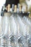 Disposición de la tabla de las copas de vino Foto de archivo libre de regalías