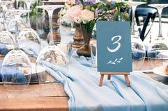 Disposición de la tabla de la decoración hermosa de la boda o del evento, al aire libre Foto de archivo