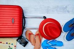 Disposición de los accesorios coloridos para las vacaciones de verano activas El bloguear o concepto del blogger de la mujer foto de archivo