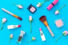 Disposición decorativa de los cosméticos Tonos rosados de la barra de labios, bulto, sombreador de ojos, perfume, cepillos entre  imágenes de archivo libres de regalías