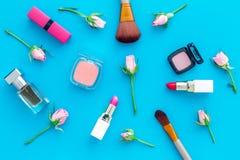 Disposición decorativa de los cosméticos Tonos rosados de la barra de labios, bulto, sombreador de ojos, perfume, cepillos entre  fotos de archivo
