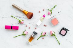 Disposición decorativa de los cosméticos Tonos rosados de la barra de labios, bulto, sombreador de ojos, perfume, cepillos entre  fotografía de archivo