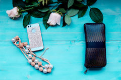 Disposición del fondo de la primavera en un fondo de madera azul con el monedero del teléfono de las flores y los accesorios colo Fotos de archivo libres de regalías