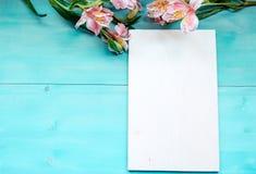 Disposición del fondo de la primavera en un fondo de madera azul con la pizarra de las flores Fotografía de archivo libre de regalías