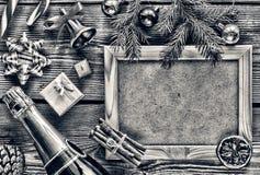 Disposición del ` s del Año Nuevo Champán, árbol de navidad y diversas decoraciones del Año Nuevo, símbolos y accesorios Foto de archivo