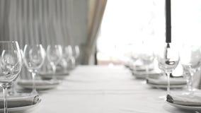 Disposición hermosa de la tabla de la boda Utensilios del banquete en los colores blancos metrajes