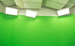 Disposición moderna del estudio de la pantalla de la croma del fondo verde TV de la llave Fotos de archivo libres de regalías