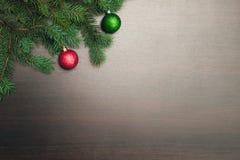 Disposición plana del Año Nuevo Bolas de la Navidad y árbol de pino en fondo de madera Fotografía de archivo