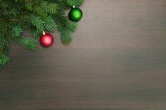 Disposición plana del Año Nuevo Bolas de la Navidad y árbol de pino en fondo de madera Imagen de archivo