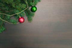 Disposición plana del Año Nuevo Bolas de la Navidad y árbol de pino en fondo de madera Imagen de archivo libre de regalías