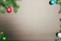 Disposición plana del Año Nuevo Bolas de la Navidad y árbol de pino en fondo de madera Foto de archivo libre de regalías