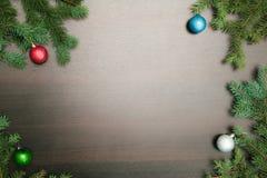 Disposición plana del Año Nuevo Bolas de la Navidad y árbol de pino en fondo de madera Fotos de archivo libres de regalías