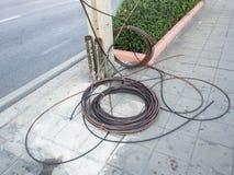 Disposición que espera del alambre de la pila a un lado de los posts eléctricos de la electricidad para Fotos de archivo libres de regalías