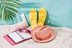 Disposición tropical del fondo de la playa de las vacaciones del día de fiesta con o en blanco Fotos de archivo libres de regalías