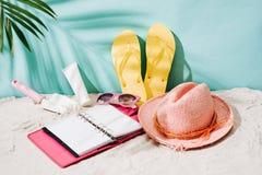 Disposición tropical del fondo de la playa de las vacaciones del día de fiesta con o en blanco Imagenes de archivo