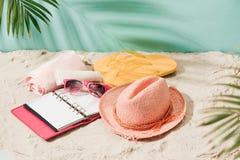 Disposición tropical del fondo de la playa de las vacaciones del día de fiesta con o en blanco Imágenes de archivo libres de regalías