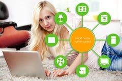 Dispositif à la maison intelligent - contrôle à la maison Images libres de droits